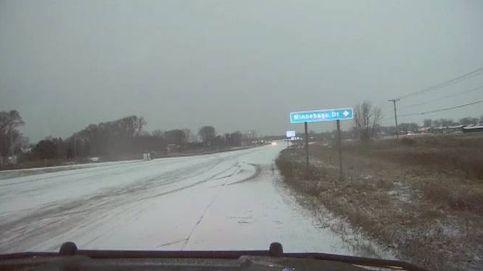Un policía a punto de ser embestido por un coche a causa del hielo en Wisconsin