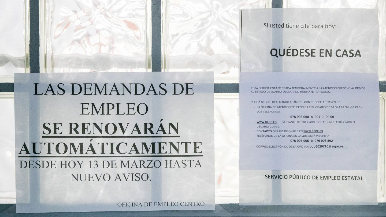 Carteles informativos en una oficina de empleo. (EFE)