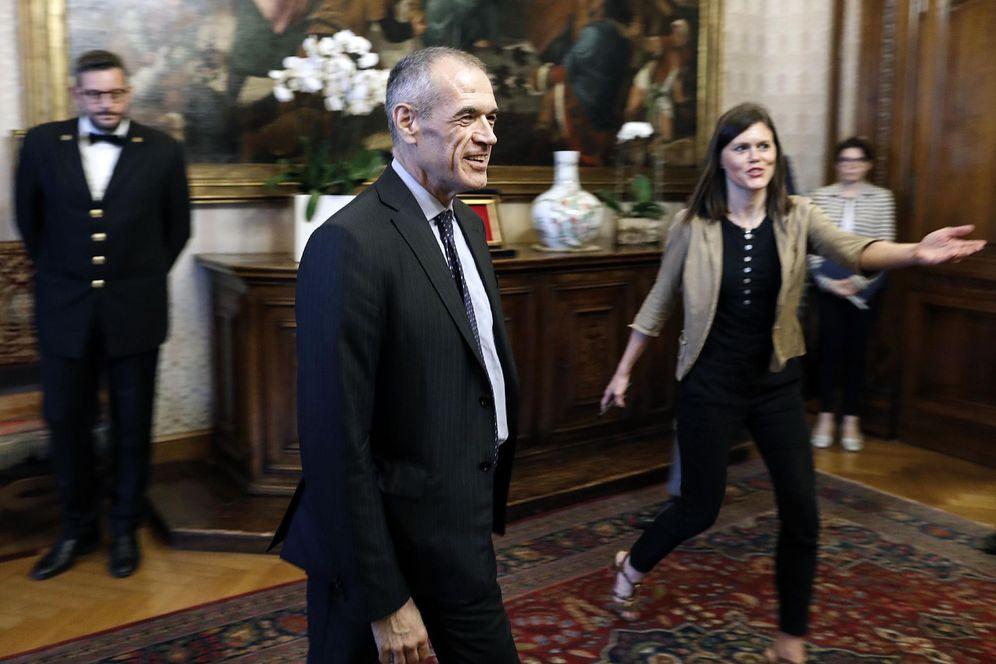 Foto: El recién designado primer ministro italiano, Carlo Cottarelli (c), acude a su reunión con la presidenta del Senado en Roma. (EFE)