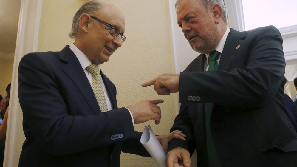 Foto: El ministro de Hacienda, Cristóbal Montoro, y el consejero de Hacienda vasco, Pedro Azpiazu. (EFE)