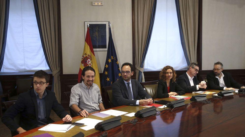 Foto: Los equipos negociadores de Podemos, PSOE y Ciudadanos durante la única reunión a tres celebrada para negociar la formación de Gobierno. (EFE)