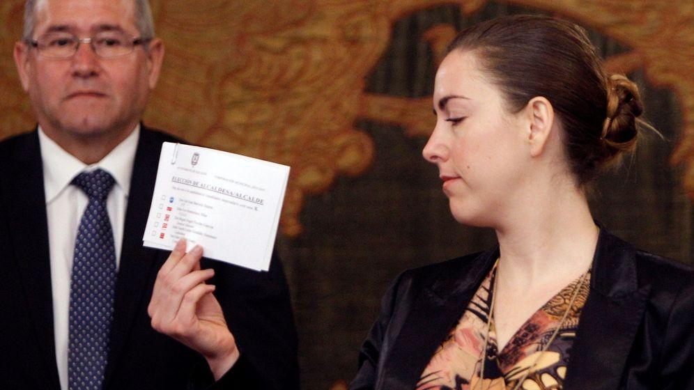 Foto: Nerea Belmonte, con su papeleta en blanco, en el pleno del Ayuntamiento de Alicante. (EFE)
