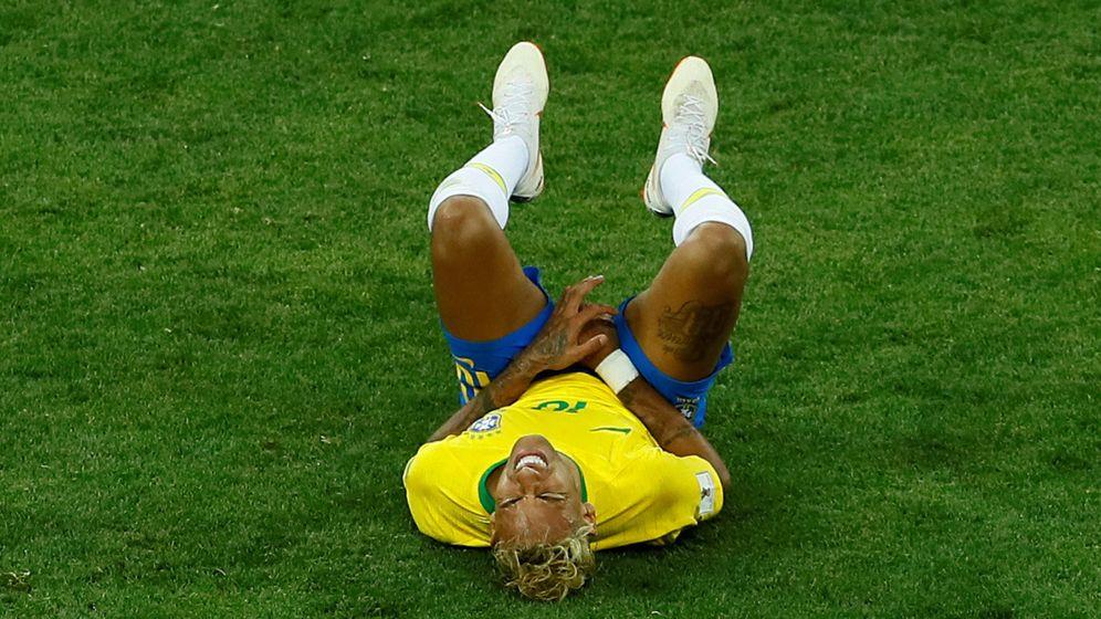 Foto: Neymar, tumbado en el suelo durante un lance del partido entre Brasil y Suiza. (Efe)
