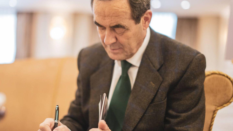 José Bono, firmando un ejemplar de su último libro. (El Confidencial)