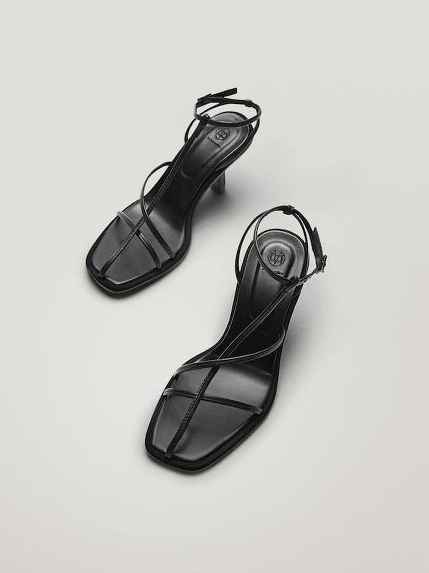 Sandalias negras de Massimo Dutti. (Cortesía)