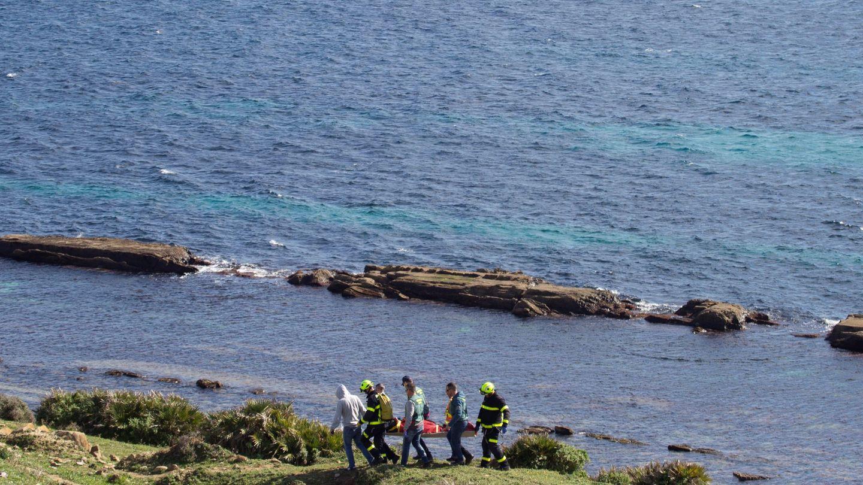 Un momento del traslado del cuerpo, hallado en la costa de Tarifa (Cádiz), de uno de los marineros que viajaban en el pesquero Rúa Mar. (EFE)
