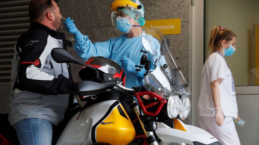 Foto: Sanitarios del Hospital Público de A Mariña en Burela, Lugo, hacen pruebas PCR. (EFE)
