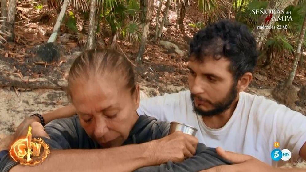 Foto: Isabel Pantoja, derrumbada junto a Omar en 'Supervivientes'. (Telecinco)