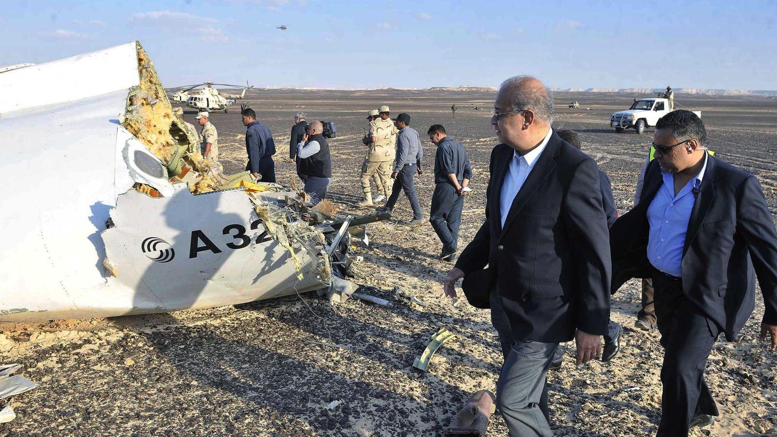 Foto: El primer ministro egipcio, Sherif Ismail, visita el lugar del siniestro en la península del Sinaí. (EFE)