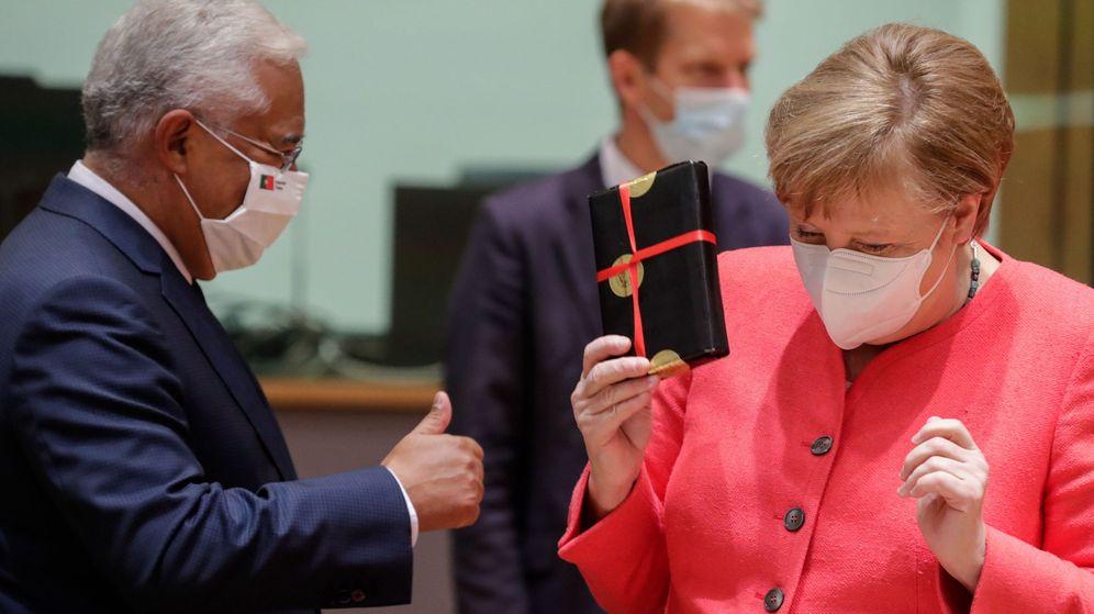 Foto: Angela Merkel, canciller alemana, recibe un regalo del primer ministro portugués. (Reuters)