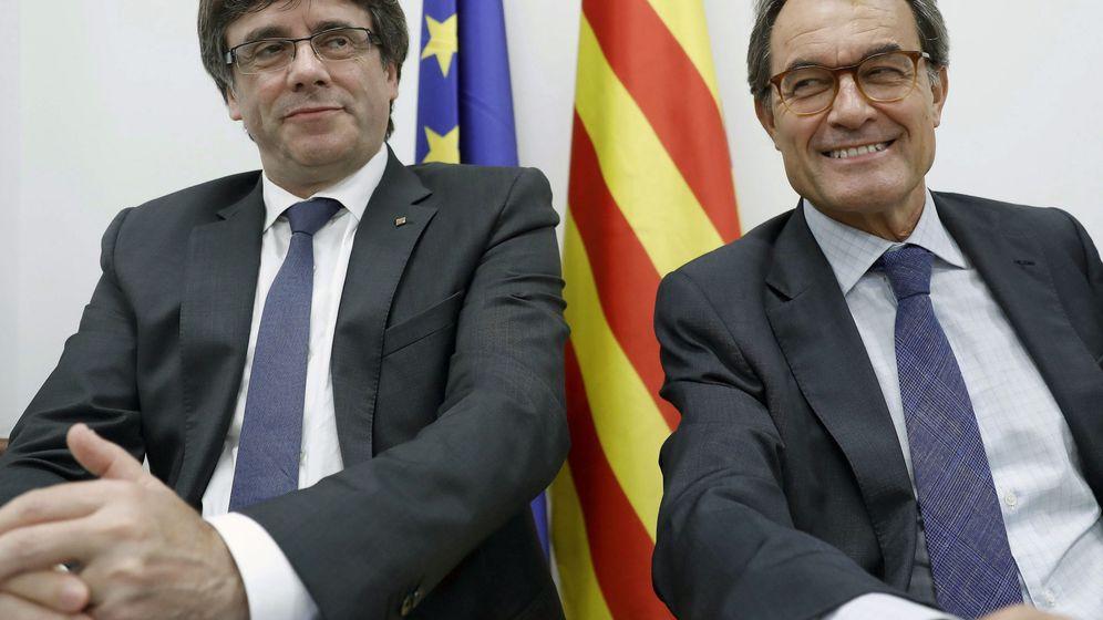 Foto: El 'president' de la Generalitat, Carles Puigdemont (i), y el 'expresident', Artur Mas (d). (EFE)