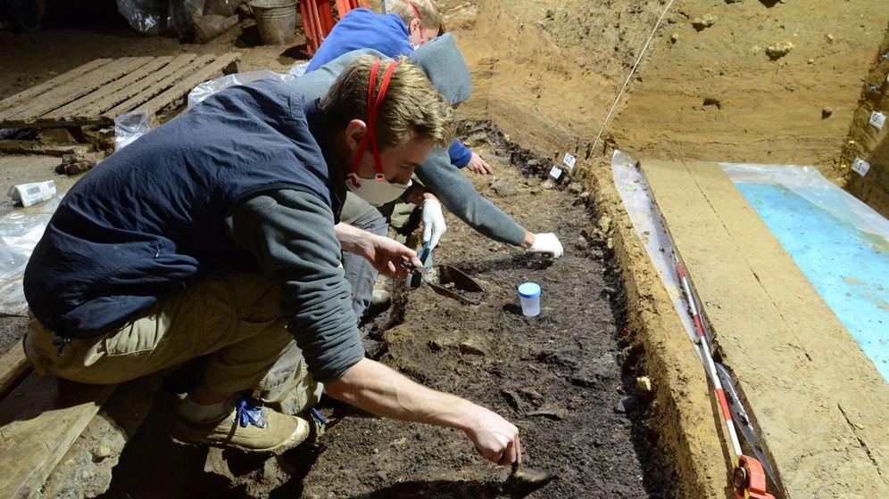 Foto:  Los investigadores analizando las muestras de la cueva de Bacho Kiro (Bulgaria). Foto:Tsenka Tsanova Handout via REUTERS