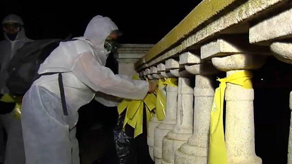 Foto: chenta personas salen de noche a la calle para retirar lazos amarillos. (Foto: ATLAS)