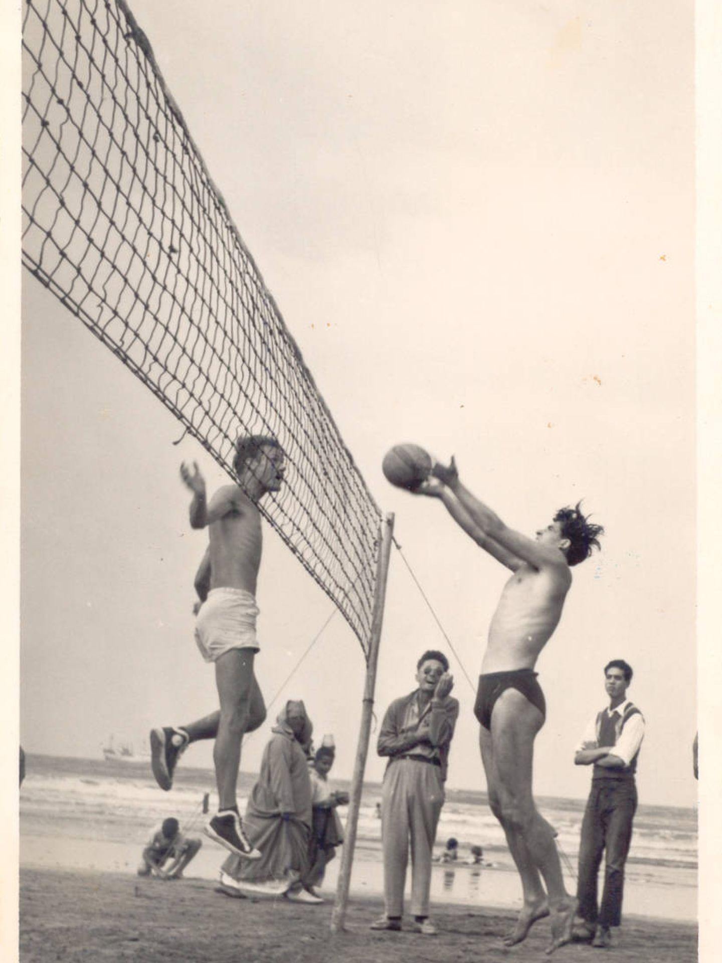 Santiago Cañizares (derecha) juega al voleibol en Mazagán-Al Yedida. (Archivo familiar)