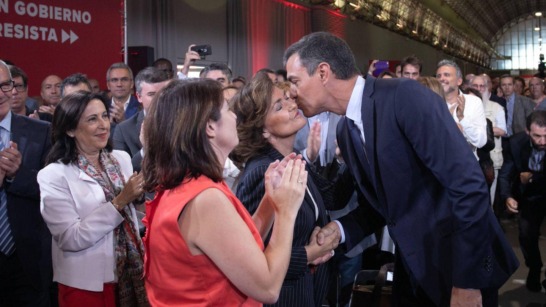 El presidente del Gobierno, Pedro Sánchez, saluda a Carmen Calvo. (EFE)