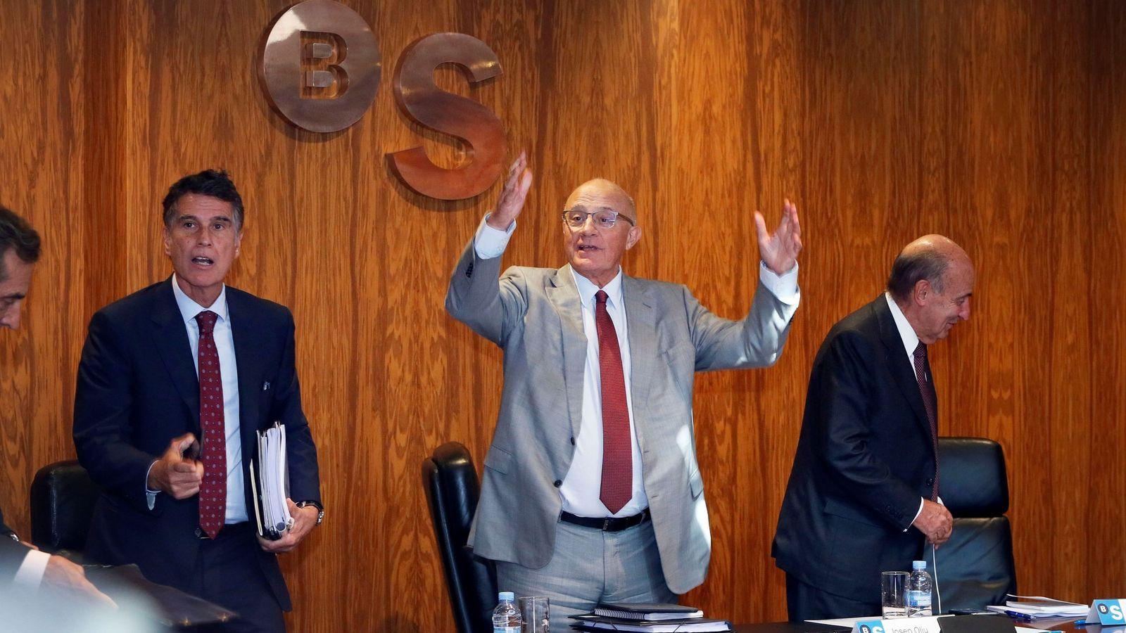 Foto: Josep Oliu (c), en el primer consejo del Sabadell en Alicante tras el cambio de sede. (EFE)
