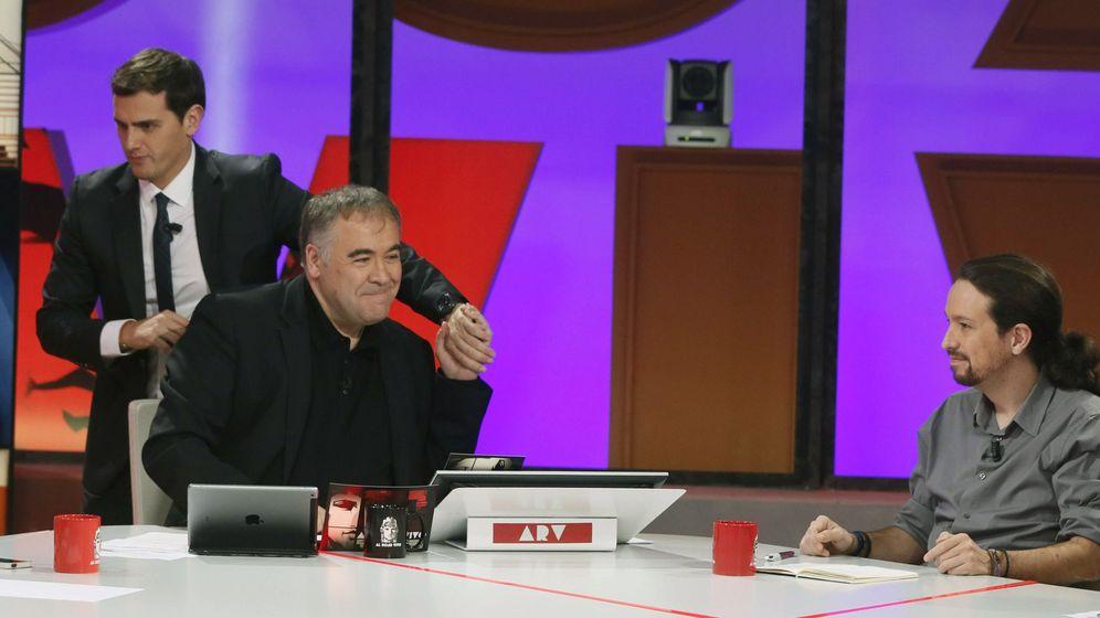 Foto: Albert Rivera saluda a Antonio G. Ferreras ante la mirada de Pablo Iglesias. (EFE)
