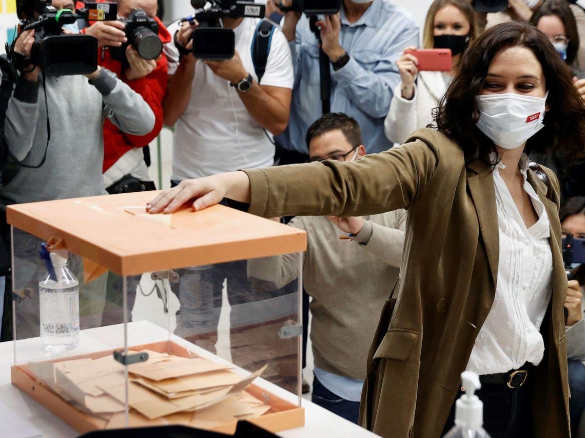 Foto: Ayuso vota para consolidarse como presidenta madrileña