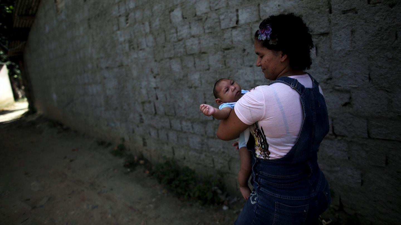 Una mujer brasileña con su hijo afectado de microcefalia por el zika. (Foto: Reuters)