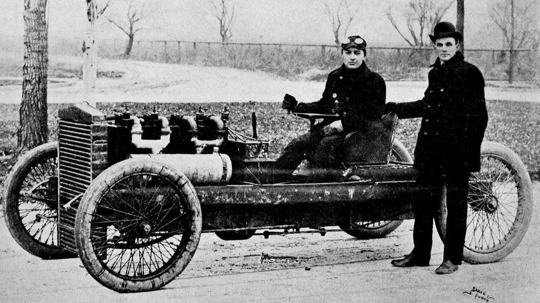 Foto: Henry Ford, de pie, junto a uno de sus primeros modelos en 1902. (Wikipedia)