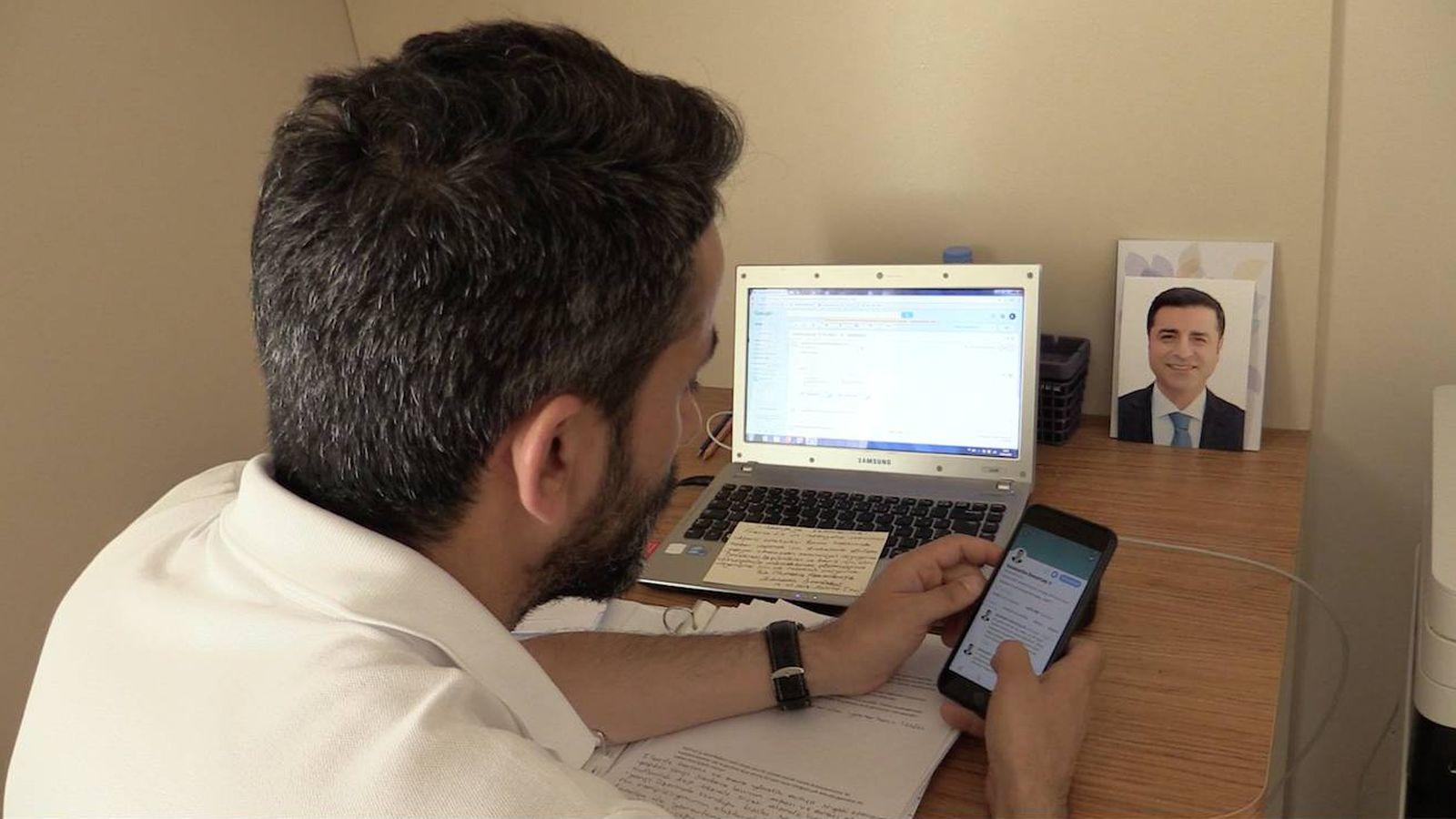 Foto: El abogado Bayram Arslan transcribiendo sus escritos a las redes sociales. (P. Cebrián)