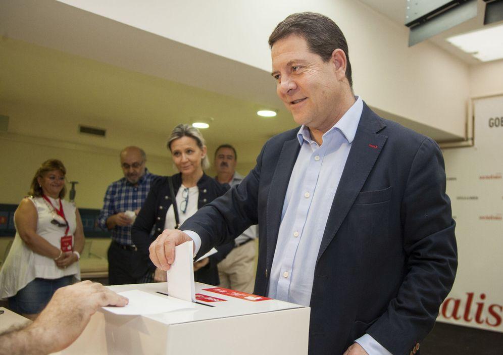 Foto: Emiliano García-Page, reelegido secretario general del PSOE manchego, este 30 de septiembre votando en las primarias. (EFE)