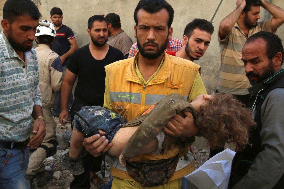 Foto: Un médico sostiene a un niño muerto en un ataque aéreo en el barrio rebelde de Karam Houmid, en Alepo, el 4 de octubre de 2016 (Reuters).
