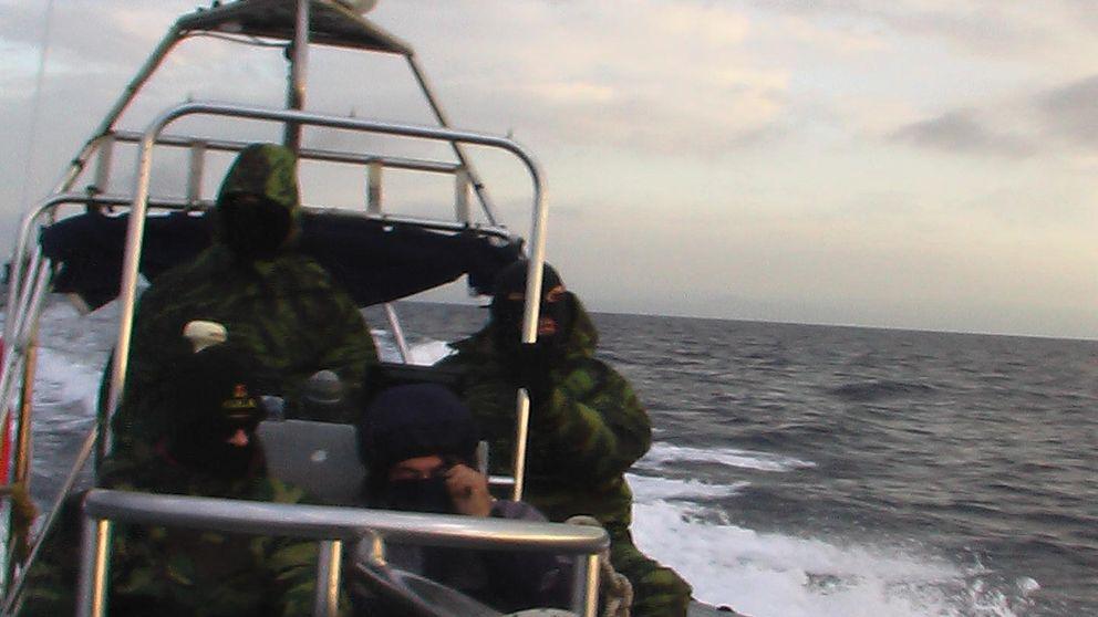 Los enmascarados con armas que atacan pateras en el mar Egeo