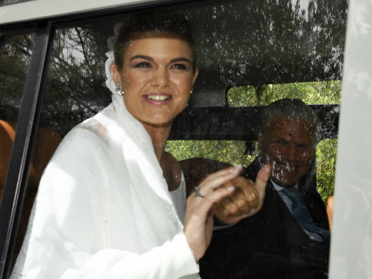 Foto: Alejandra Ruiz Rato a su llegada a la ermita acompañada de su padre, Espartaco. (Gtres)