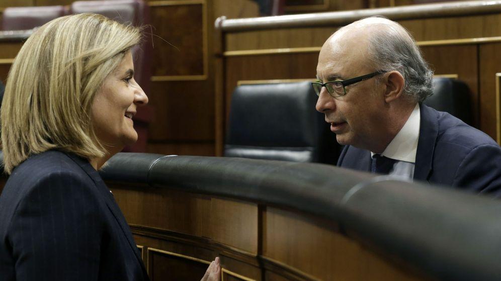 Foto: La ministra de Empleo en funciones, Fátima Báñez (i), conversa con Cristóbal Montoro. (EFE)