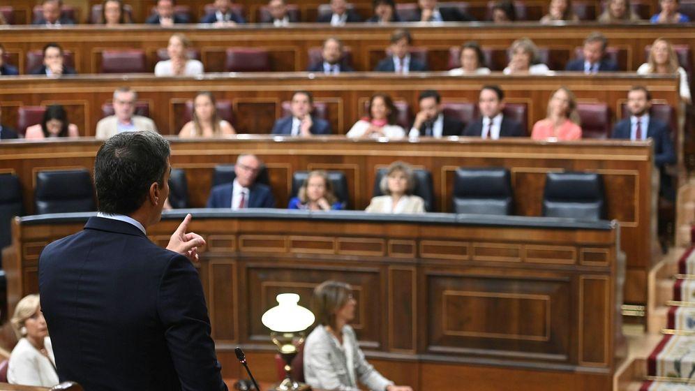 Foto: El presidente del Gobierno en funciones, Pedro Sánchez, responde al líder del PP, Pablo Casado. (EFE)