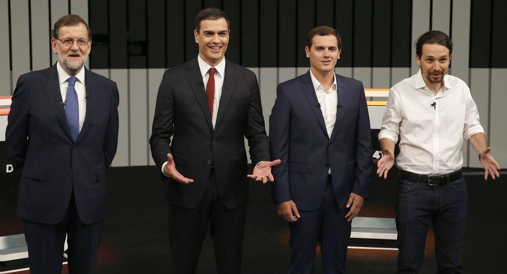 Foto: Mariano Rajoy (i), Pedro Sánchez (2i), Albert Rivera (2d) y Pablo Iglesias, en el plató momentos antes de iniciar el único debate a cuatro de la campaña electoral. (EFE)