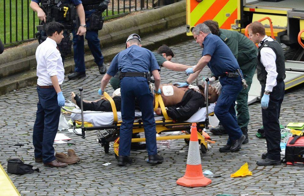 Foto: Khalid Masood, en una camilla, es atendido por los servicios sanitarios, en las cercanías del Palacio de Westminster. (Cordon Press)