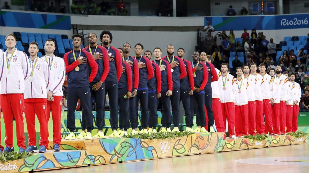 Foto: Podio final de la competición de baloncesto masculino, en que España ganó la medalla de bronce. (EFE)