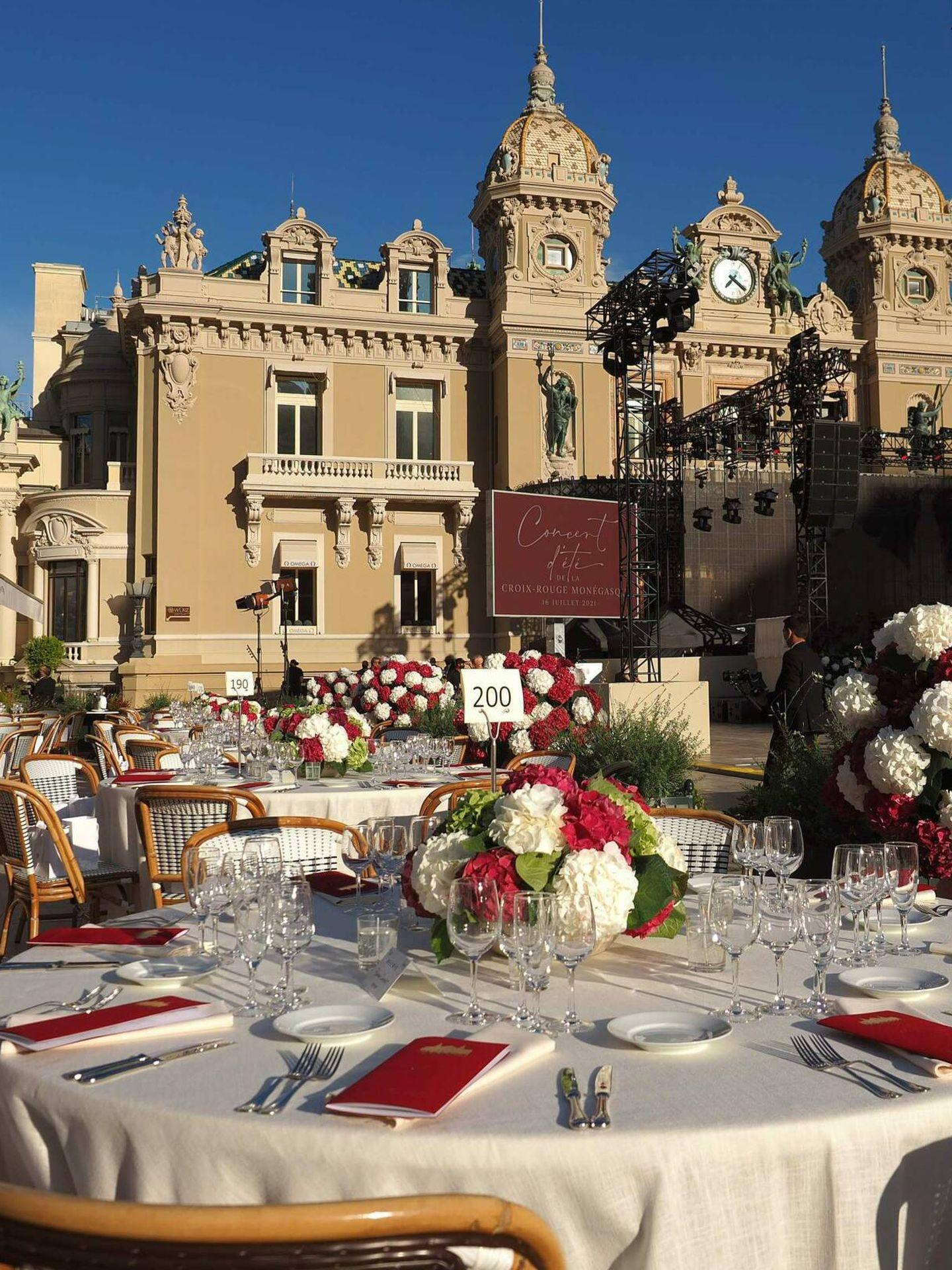 Detalle de las mesas para la cena del concierto benéfico de la Cruz Roja en Mónaco. (CP)