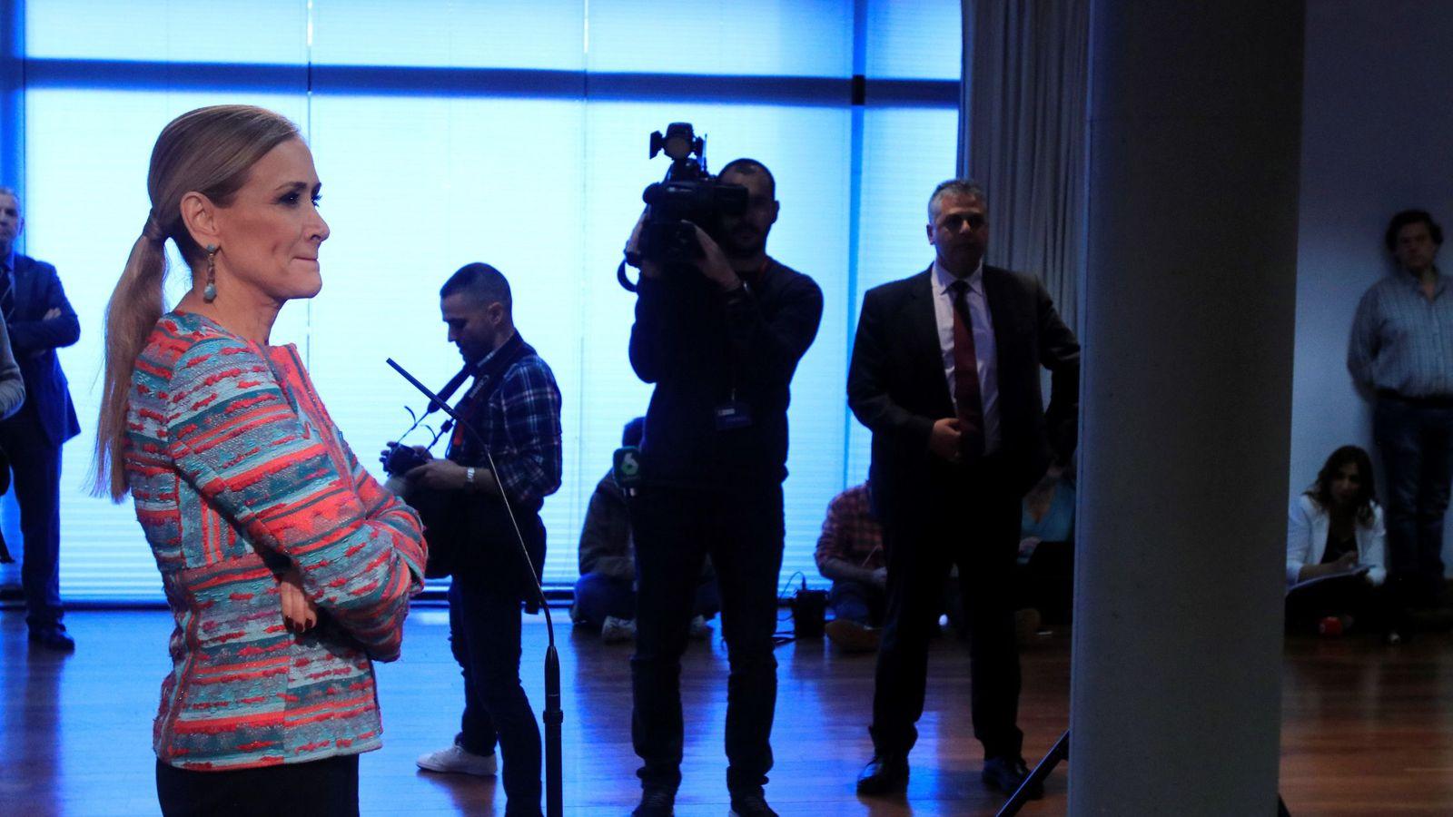Foto: La presidenta madrileña, Cristina Cifuentes, durante la rueda de prensa ofrecida al final del pleno extraordinario de la Asamblea de Madrid. (EFE)