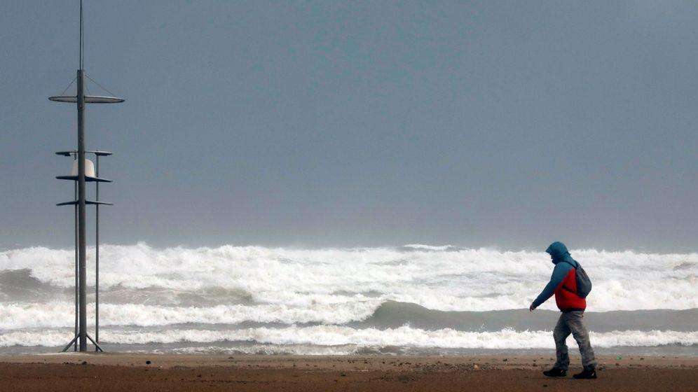 Foto: Un hombre pasea por la playa de la Malvarrosa de Valencia. (EFE)