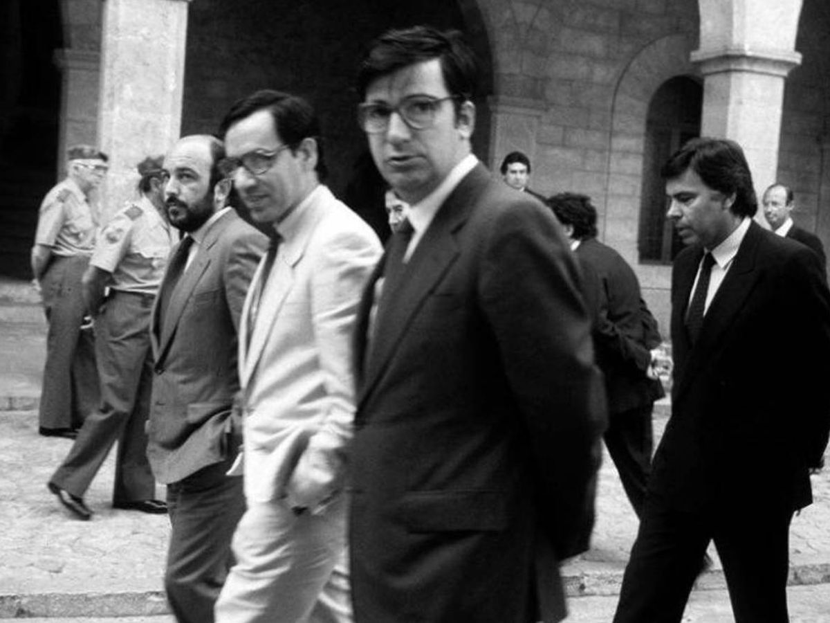 Foto: Ernest Lluch, en primer plano con Alfonso Guerra, Felipe González y Joaquín Almunia. (EFE)