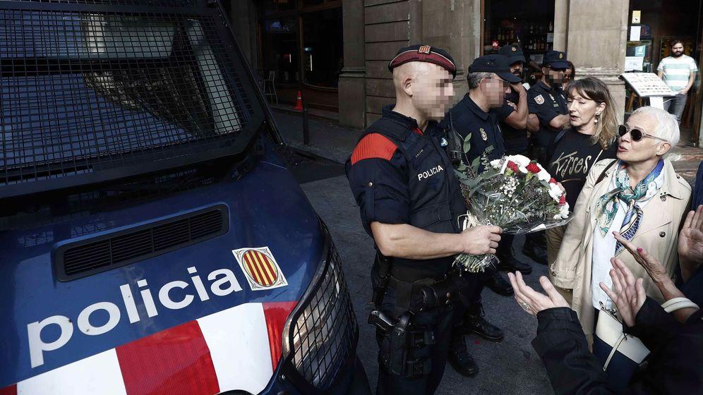 Foto: Flores para la policía en Barcelona. (EFE)