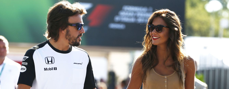 Foto: Fernando Alonso y Lara Álvarez paseando por el circuito de Monza durante el Gran Premio de Italia de Fórmula 1 en septiembre de 2015 (Gtres)