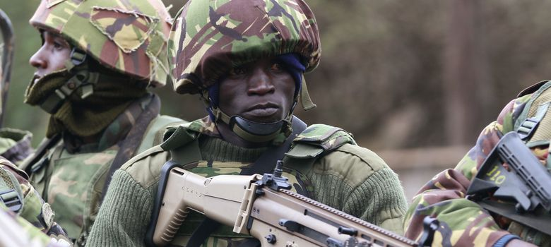 Foto: Soldado del ejército de Kenia, a su llegada al centro comercial. (Reuters)