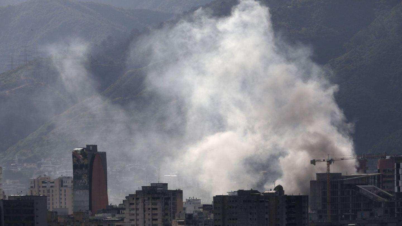 Columnas de humo salen de una comisaría incendiada por los manifestantes, el 30 de julio de 2017. (Reuters)