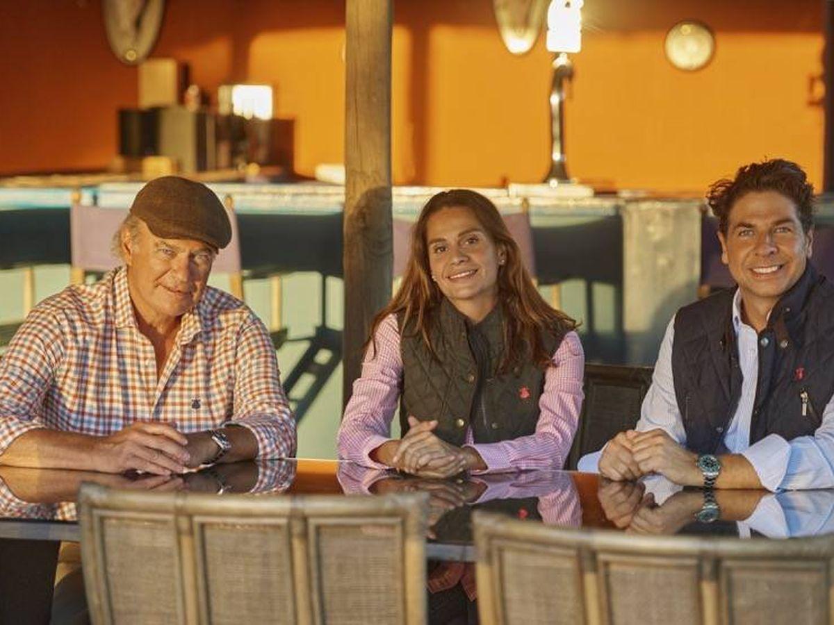 Foto: Bertín Osborne, junto a los fundadores de El Capote. (Cortesía)