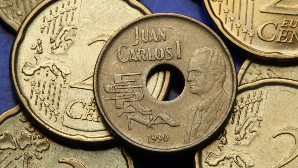 Foto: Una moneda de 25 pesetas al lado de otras de 20 de céntimos de euro (iStock)