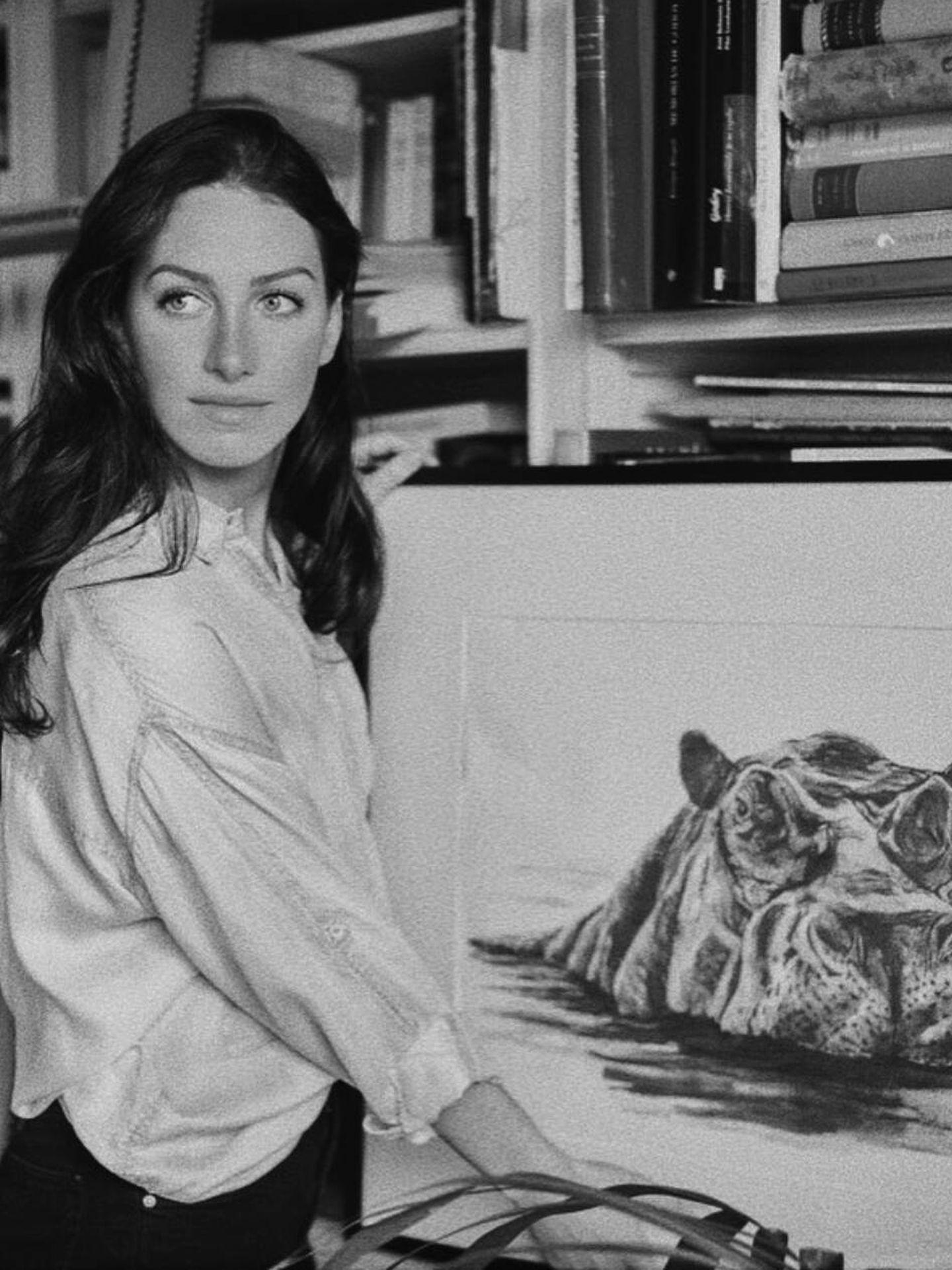 Casilda López-Quesada, junto a uno de sus dibujos. (Cortesía)