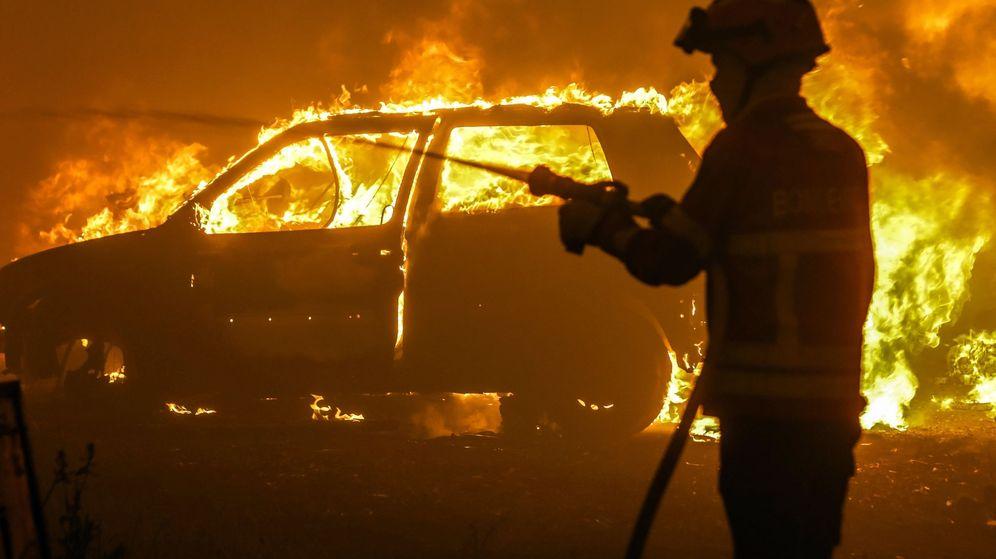 Foto: Uno de los más de 2.000 bomberos que luchan contra el fuego en Portugal. (Reuters)