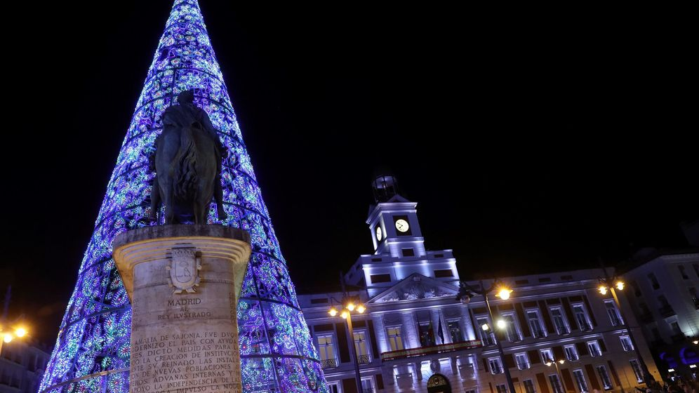 Foto: Vista de la Puerta del Sol de Madrid, durante el tradicional encendido de luces de Navidad. (EFE)