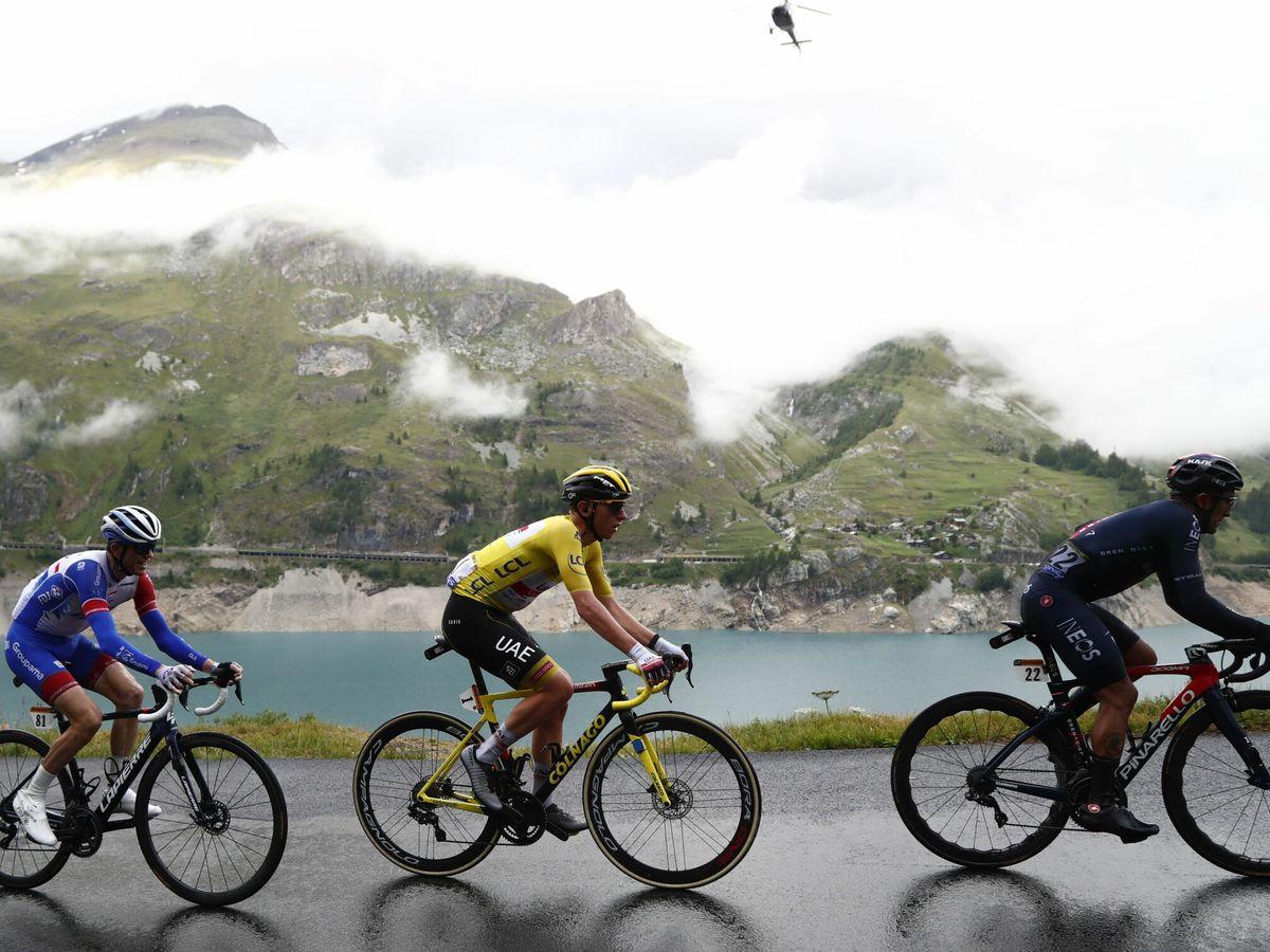 Foto: Pogacar y Carapaz durante la novena etapa del Tour. (Efe)
