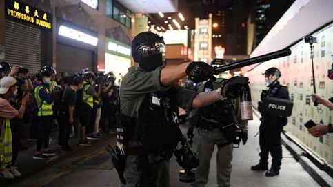 La policía de Hong Kong usa pistolas con bolas de pimienta y gas contra una protesta