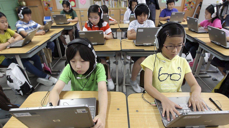 Alumnos coreanos trabajan con su ordenador en clase. (Efe)